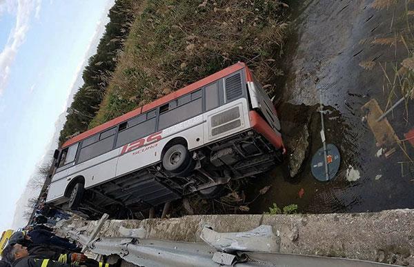 Bus fuori strada a Corigliano, muore una ragazza di 20 anni