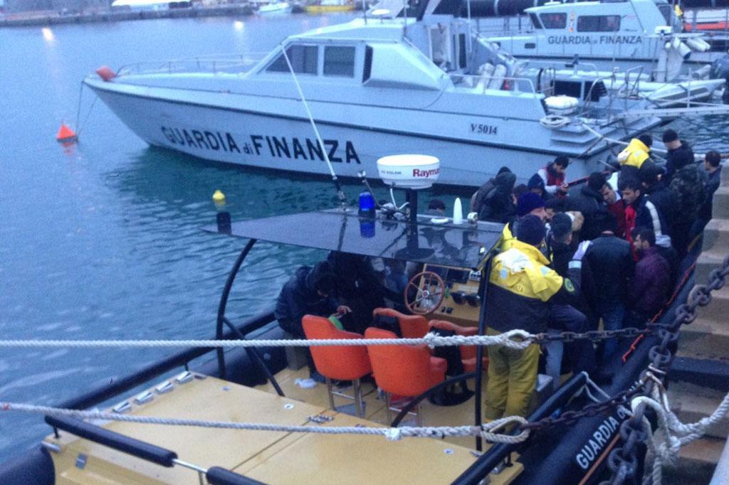 Barca a vela con 31 migranti a bordo intercettata al largo for Parti di una barca a vela