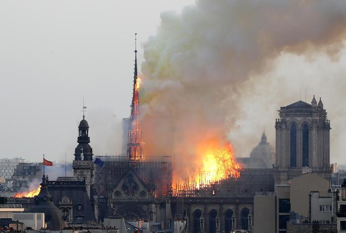 Parigi, grosso incendio a Notre-Dame: fumo e fiamme nella cattedrale