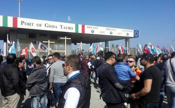Gioia Tauro, portuali in sciopero bloccano l'autostrada