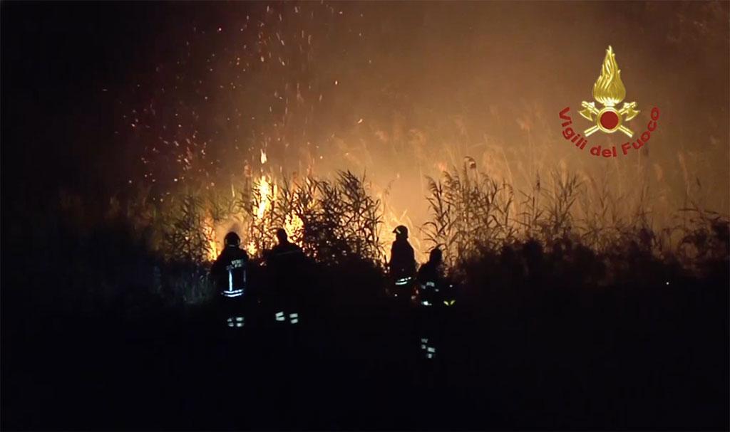 Incendi in Calabria, la denuncia dei sindacati: vigili da soli a fronteggiare l'emergenza con gravi carenze organico