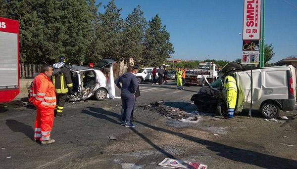 Scontro frontale sulla Ss106, morti due giovani
