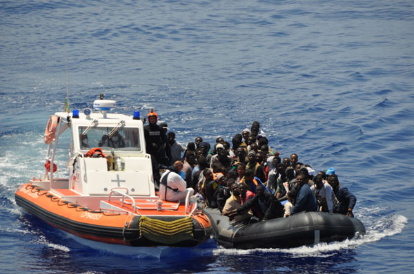 Vibo Valentia, arrestati due scafisti. Condotti in porto 622 migranti