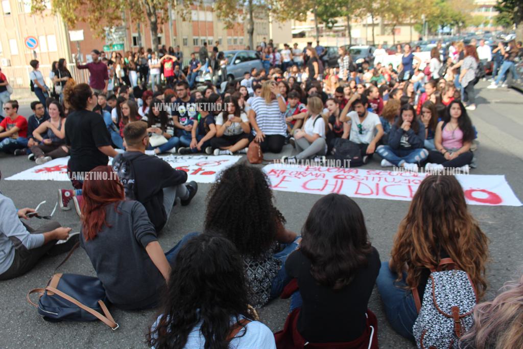 Milano, studenti in piazza contro la buona scuola del governo Renzi
