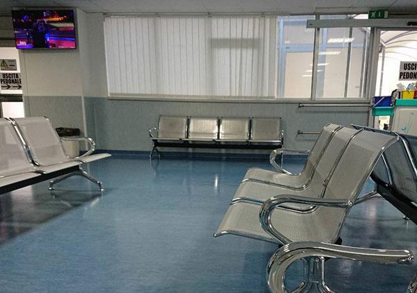 Lamezia dopo le segnalazioni sostituite sedie sala d attesa