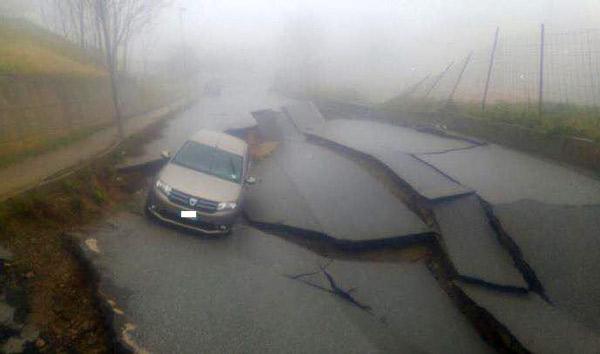 Girifalco (Catanzaro), maltempo fa sprofondare la strada